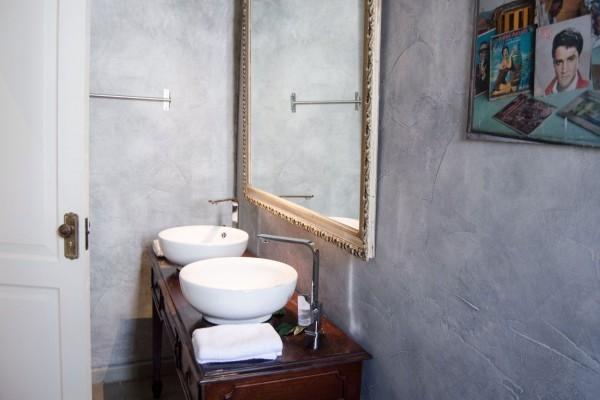 Arte Hotel Calle 2 music themed room bathroom