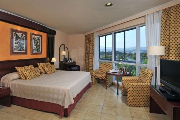 Melia Santiago, Santiago de Cuba Junior Suite Bedroom