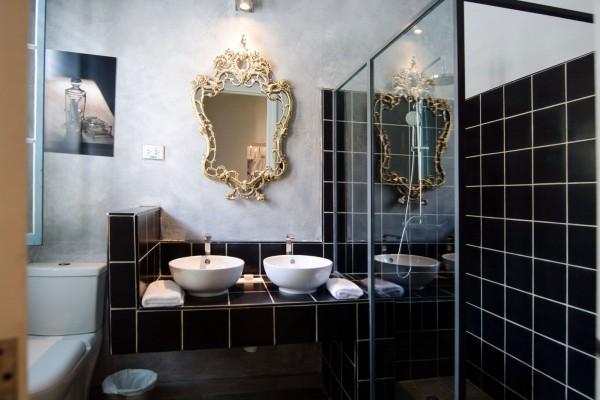 Arte Hotel Calle 2 film themed room bathroom