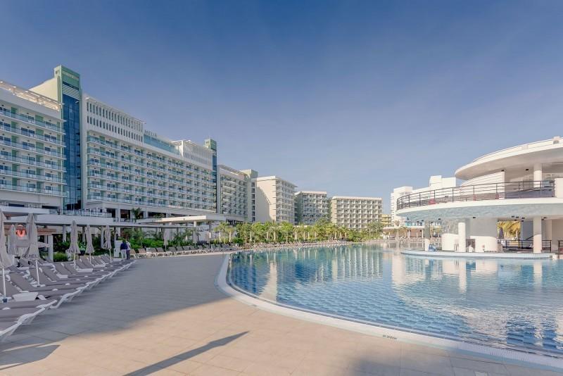 Melia Internacional Hotel Swimming Pool Bar